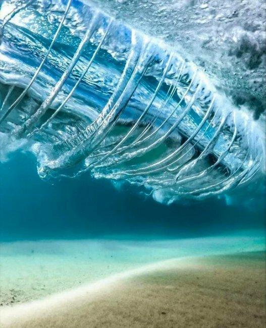 Так выглядят волны, если смотреть на них из-под воды